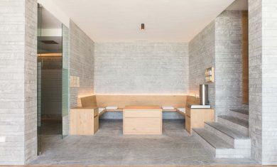 18-hotel-saleghes-wolkenstein-wellnessbereich-rezeption-eingang-peintner