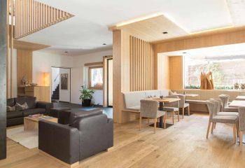 5-hotel-saleghes-wolkenstein-wellnessbereich-rezeption-eingang-peintner