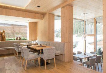 6-hotel-saleghes-wolkenstein-wellnessbereich-rezeption-eingang-peintner