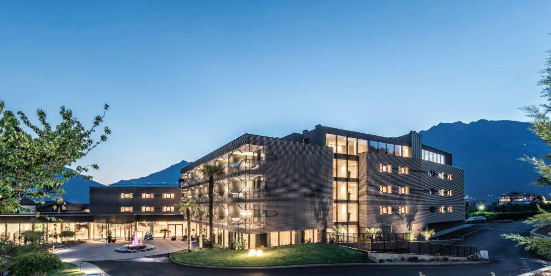 aussengestaltung-hotel-schenna-resort